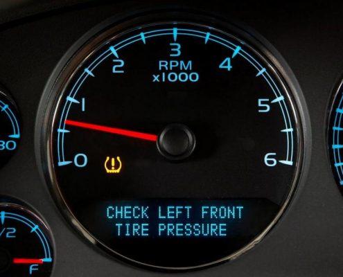 Een tpms waarschuwing op het dashboard